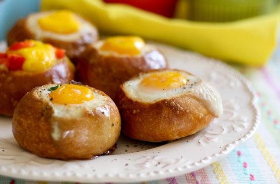 хлеб на завтрак с яйцом