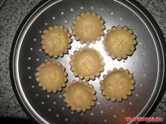Песочные корзиночки с заварным кремом и конфитюром из слив (рецепт с фото)