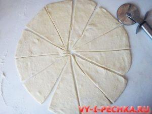разрезаем тесто для пальчиков на треугольники