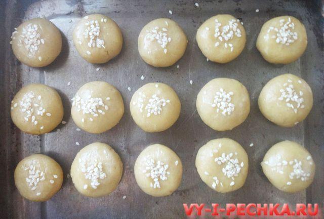 посыпаем печенье кунжутом