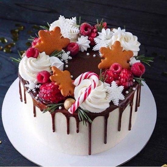 новогодний торт с безе фруктами и пряниками